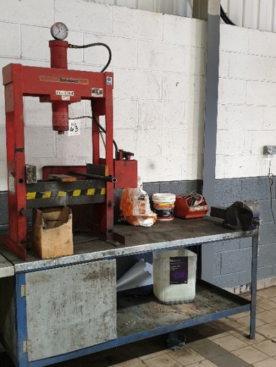 Bench with Irwin No.6 bench vice and Taskmaster 12 tonne hydraulic press …