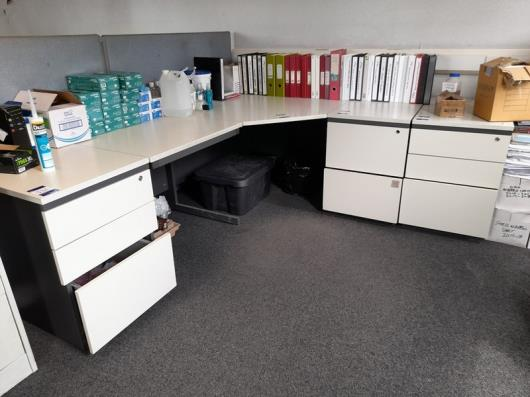 1 Person Workstation with 1x desk, 2x 3-drawer pedestal and 1x 2