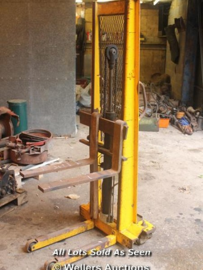 SHERPA 360 MANUAL FORK LIFT - NEEDS NEW BATTERY…